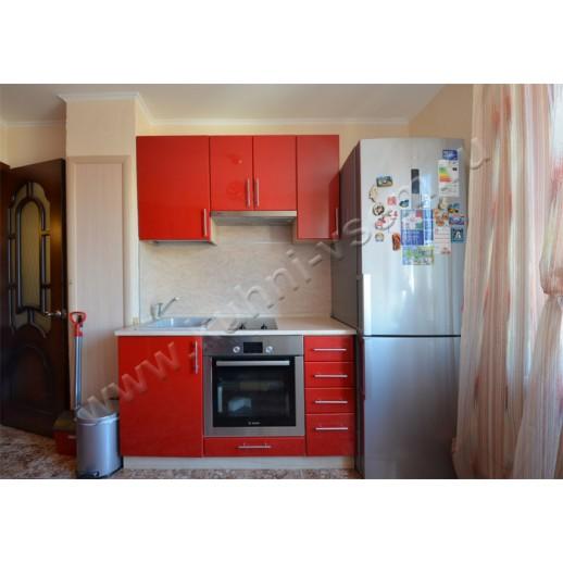 Распределенная кухня с фасадами из пленочной МДФ «Красный металлик»