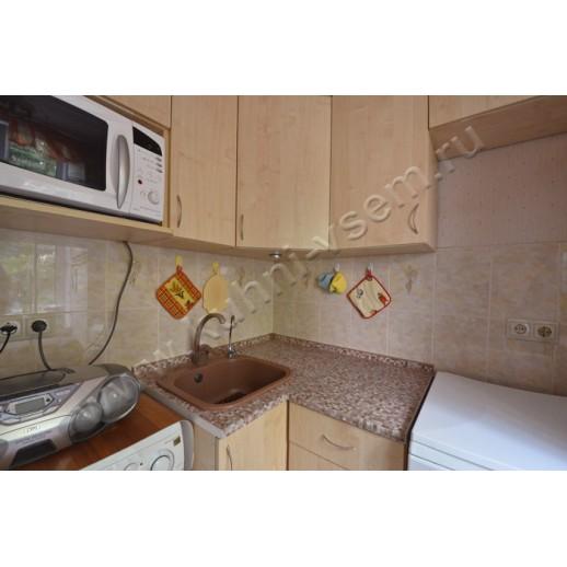 Маленькая угловая кухня из ДСП цвета «КЛЕН»