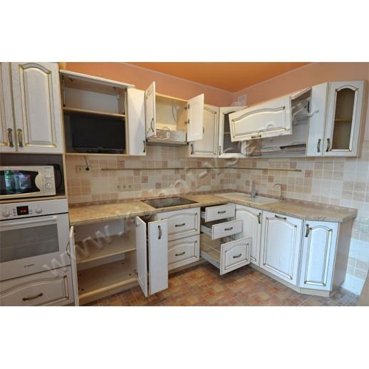 Угловая кухня из массива дуба, окрашенного белой эмалью с патиной под золото
