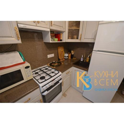 Угловая кухня из массива дуба под белой эмалью с золотой патиной